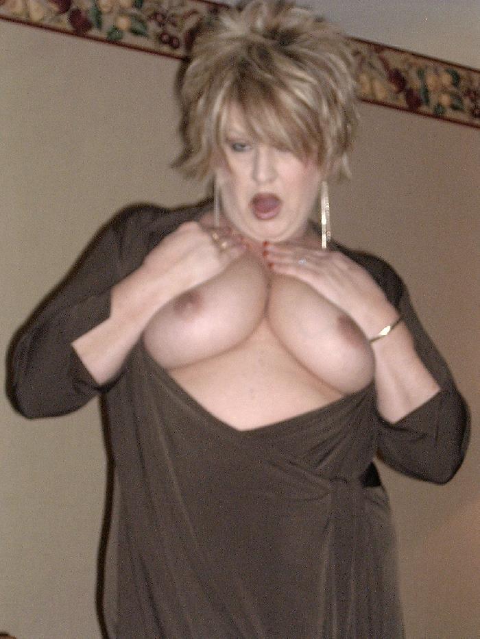 אשה סקסית שאוהבת סקס מקבלת שהיא יכולה בקלות למצוא מין באתרים של הכרויות סקס.