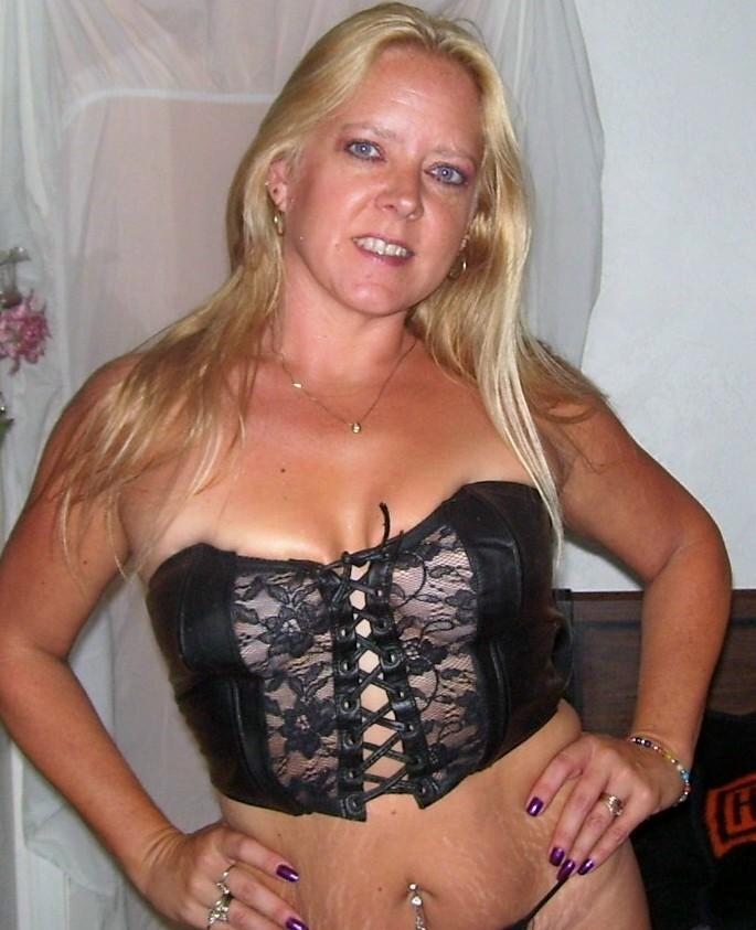 אשה סקסית שמחפשת סקס מודעת למצב שהיא יכולה בקלות למצוא אהבה וסקס באתרי סקס.